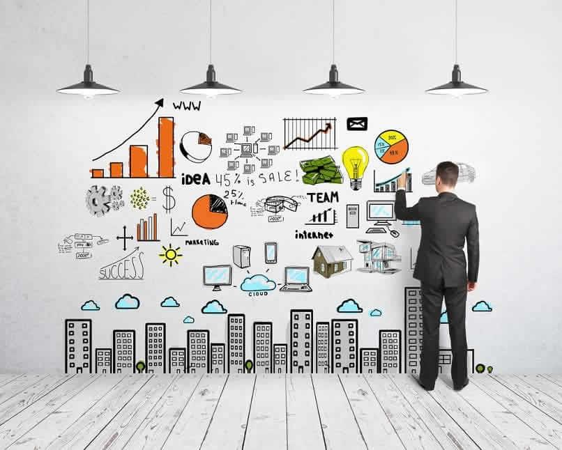 empresário desenhando uma estratégia de negócios